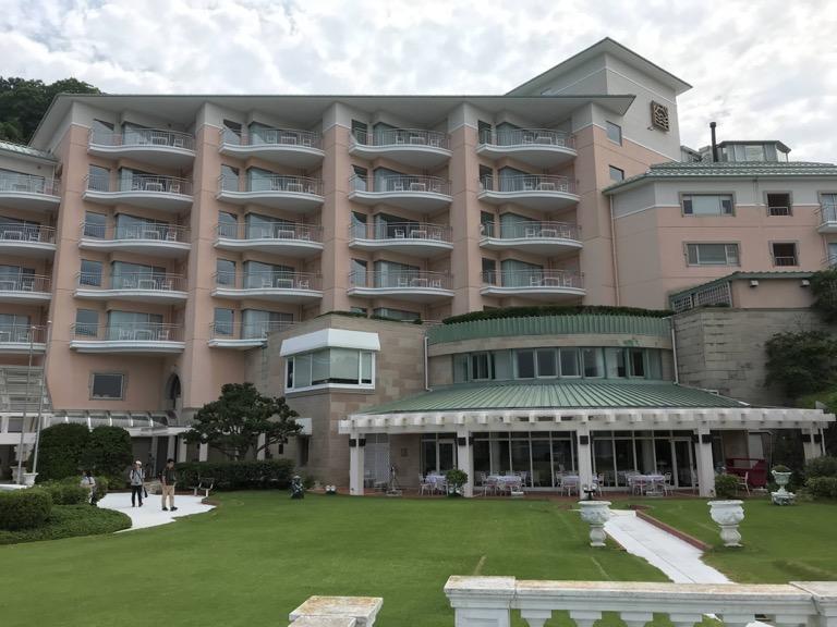 淡島ホテル シャイニーランチ 庭から見える外観