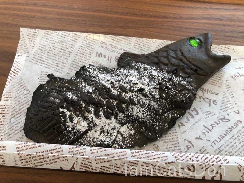 シーラカンスカフェ シェイプド・パンケーキ 沼津 深海ブラック スモークソーセージ & まろやかチーズ