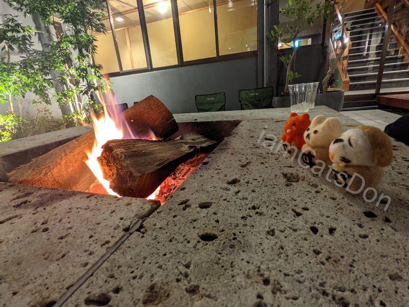 コナステイホテル KONASTAY HOTEL 伊豆長岡 古奈 中庭 焚き火囲む 夜 ウィスキー ロック サイクリスト 自転車